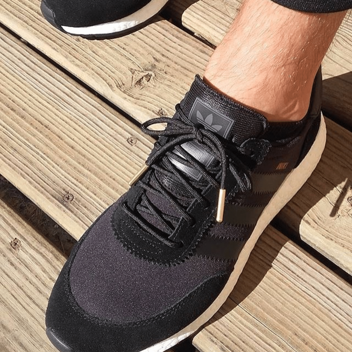 Lacets ronds noirs embouts or - Pinroll lacets pour baskets et sneakers - Adidas Iniki