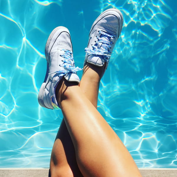 tendance baskets irisées - reebok club C piscine